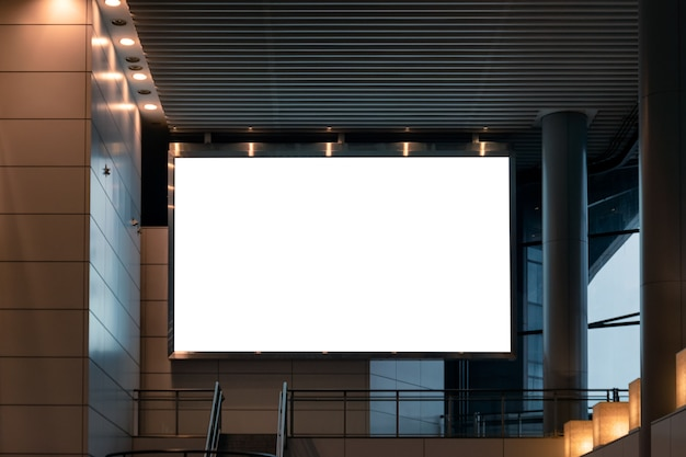 Groot leeg reclamebord met verlichtingsinstelling op modern gebouw