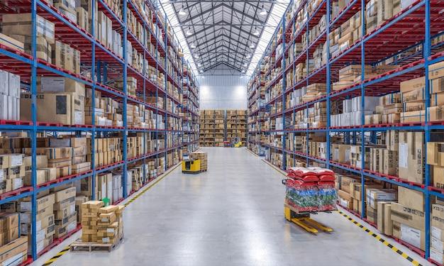 Groot magazijn vol goederen en met hijsmateriaal