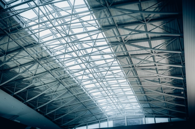 Groot metalen dak met lange panoramische ramen bij luchthaventerminal