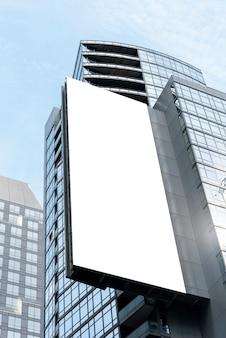 Groot modelaanplakbord op een stadsgebouw