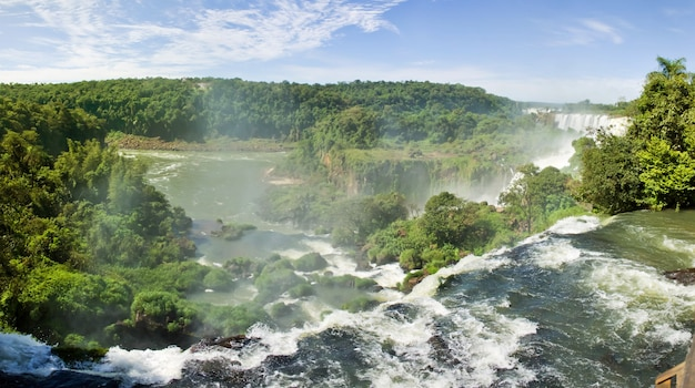 Groot natuurpanorama van iguacu (iguazu) watervalcascade op de grens van brazilië en argentinië. prachtig uitzicht op falls cataratas bij helder zonnig weer. concept van reizen. auteursrechtruimte voor site