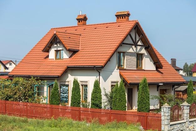 Groot nieuw comfortabel huisje met twee verdiepingen met steil schindeldak, grote omheinde tuin op zonnige zomerdag in een moderne, rustige woonwijk in de voorsteden. perfecte investering in droomhuis.