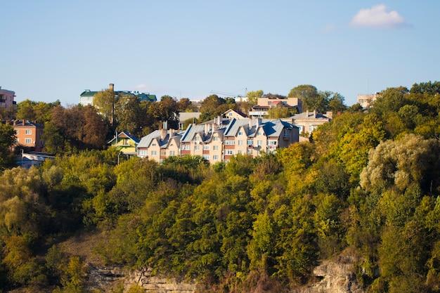 Groot op maat gebouwd luxe modern huis op de rots