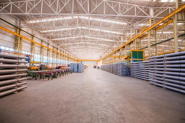 Groot pakhuis met bouwmaterialen voor groothandel