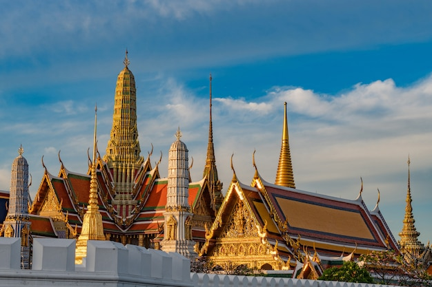 Groot paleis en wat phra keaw bij zonsopgang, bangkok, thailand