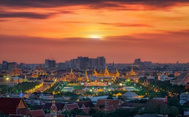 Groot paleis in de stad bangkok vanaf het dak van het hotel in thailand
