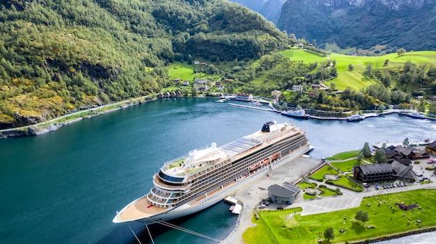 Groot passagiersschip in een baai. pittoreske, prachtige baai met een cruiseschip.