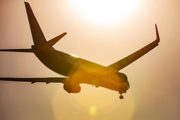 Groot passagiersvliegtuig dat in de blauwe hemel vliegt