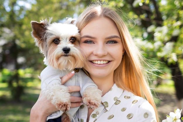 Groot portret van een mooie vrouw met haar hond, vriendschap tussen hond en man