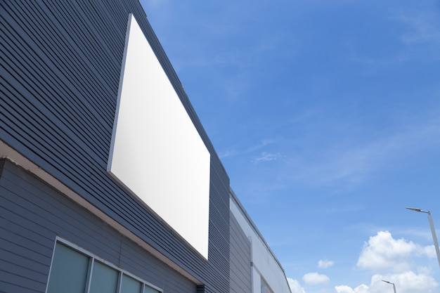 Groot reclamebord op de muur van een gebouw, mock-up
