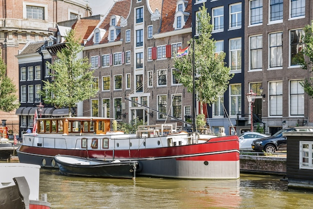 Groot recreatieschip in de wateren van een europese stad