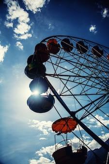 Groot reuzenrad silhouet tegen de blauwe lucht