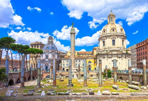 Groot rome, trajanus 'markt antiek plein in het oude historische centrum. monumenten van italië