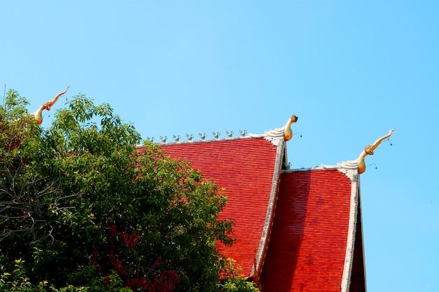 Groot rood tempeldak bevindt zich aan de zijkant aan het einde