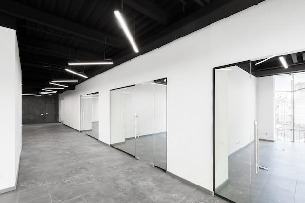 Groot ruim kantoorcentrum met panoramische ramen en ongemeubileerde glazen deuren