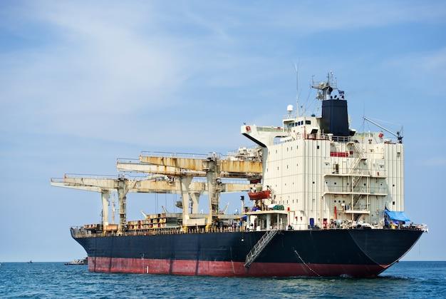 Groot schip op zee
