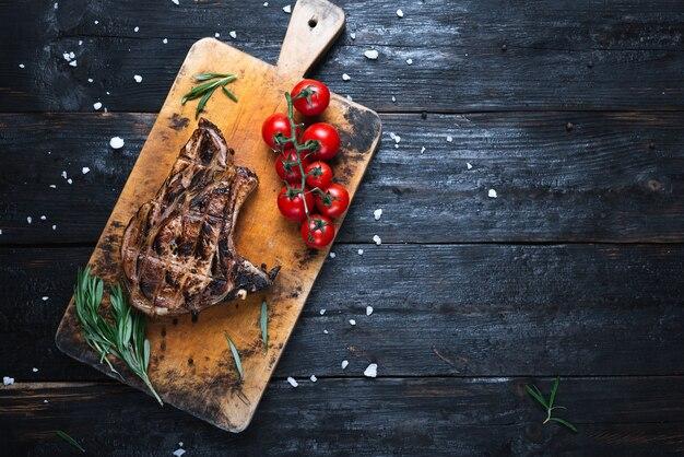 Groot stuk vlees, een heerlijk gebakken biefstuk op een snijplank