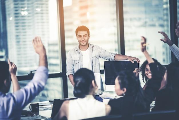 Groot team dat bedrijfsplannen bespreekt tijdens vergadering
