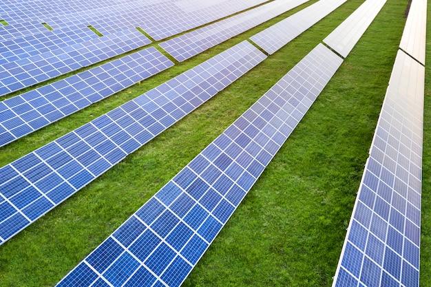 Groot veld van fotovoltaïsche zonnepanelen die hernieuwbare schone energie produceren