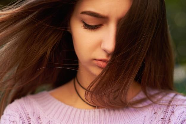 Groot verlies. trieste vrouw. gefrustreerde emotie. wrok en woede, verdriet en problemen concept