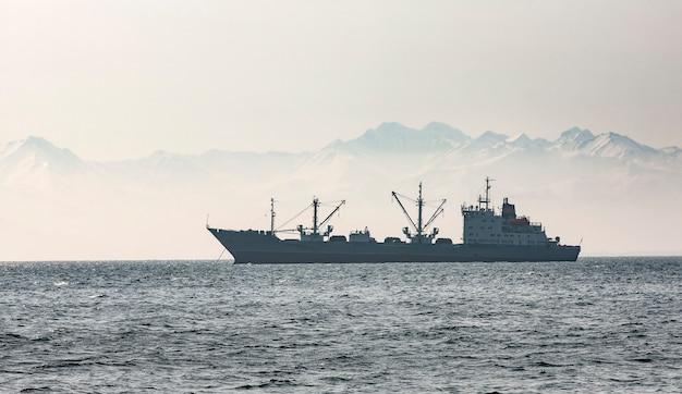 Groot vissersschip op heuvels en vulkanen