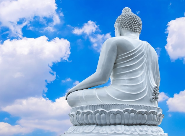 Groot wit boeddhabeeld en hemel met wolken