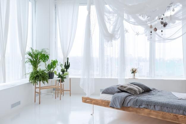 Groot, zeer licht ruim, stijlvol open appartement in bali-stijl met hangend bed. Premium Foto