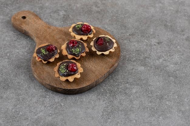 Groothoek foto van verse zelfgemaakte koekjes op houten snijplank.