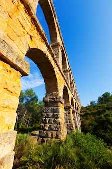 Groothoek opname van aqueduct de les ferreres
