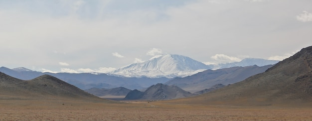 Groothoek opname van de bergen onder een bewolkte hemel