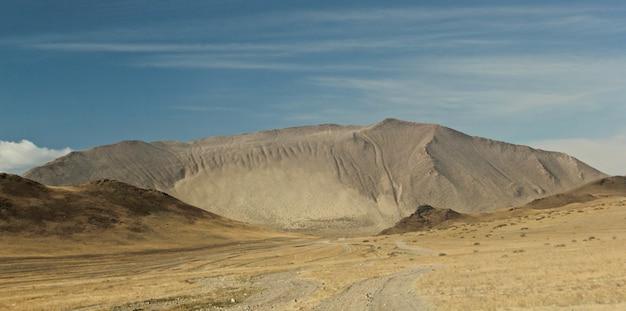 Groothoek opname van de bergen onder een hemel vol wolken