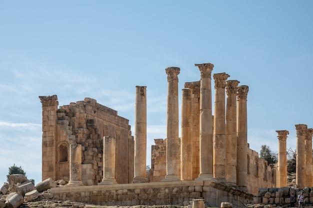 Groothoek opname van een oud gebouw met torens in jerash, jordanië