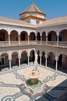 Groothoek opname van het casa de pilatos paleis in sevilla, spanje