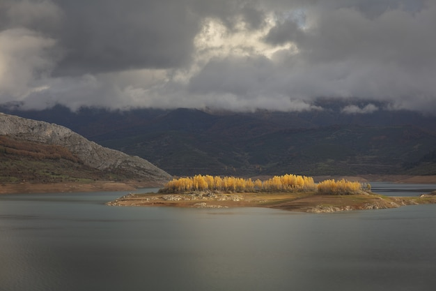 Groothoek opname van het riano waterreservoir in spanje onder een bewolkte hemel
