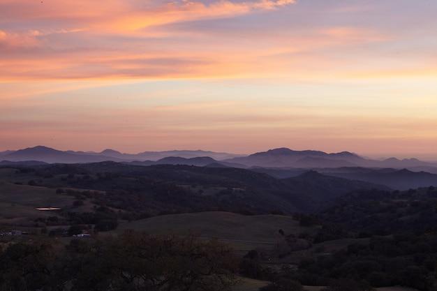 Groothoek opname van mesa grande tijdens zonsondergang in san diego