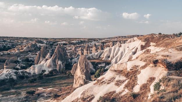 Groothoekfoto van bergen in cappadocië