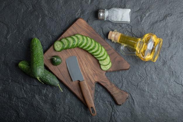 Groothoekfoto van vers gesneden komkommer. hoge kwaliteit foto