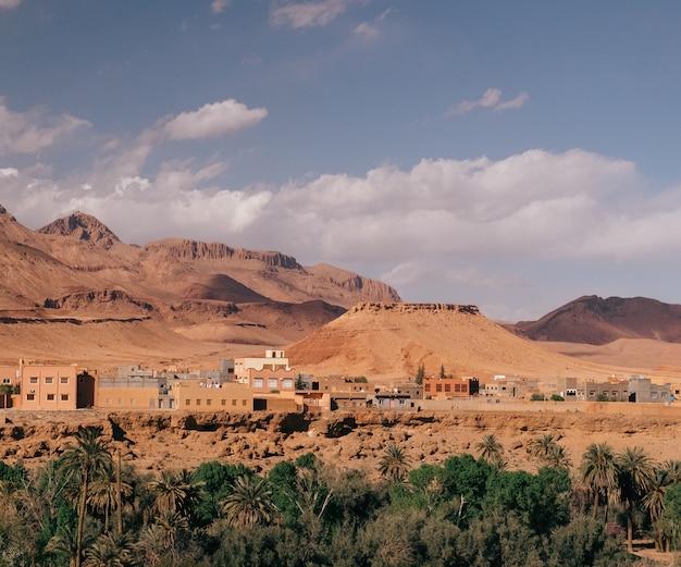 Groothoekopname van de gebouwen van een stad achter de bergen