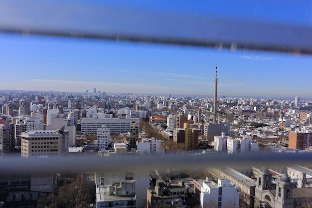 Groothoekopname van de gebouwen van een stad in uruguay