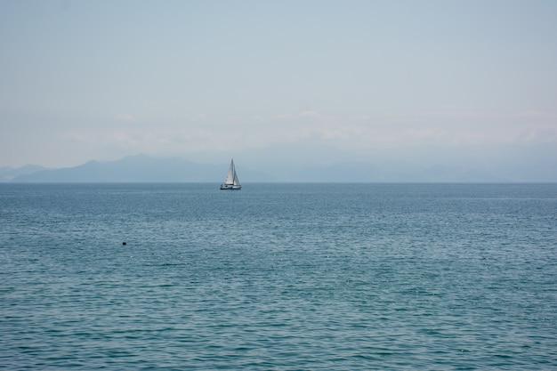 Groothoekopname van een schip dat over de oceaan vaart