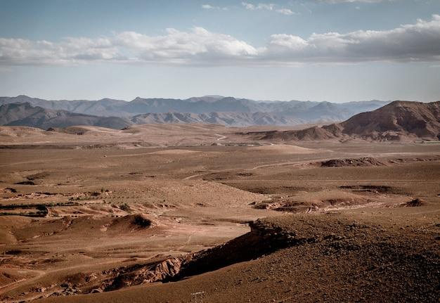 Groothoekopname van grote delen van dor land en bergen