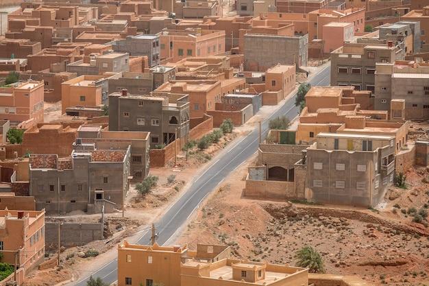 Groothoekopname van verschillende gebouwen van een stad die overdag naast elkaar zijn gebouwd