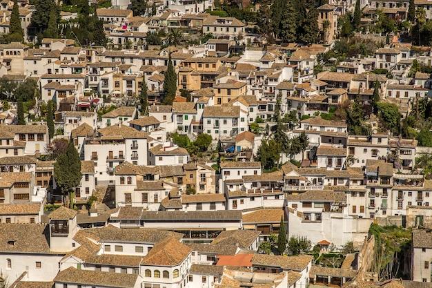 Groothoekopname van witte gebouwen van een stad die overdag naast elkaar zijn gebouwd