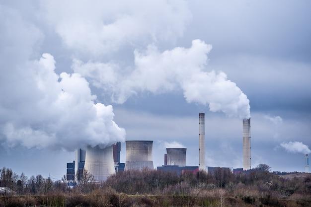 Groothoekopname van witte rook die uit de kerncentrales komt