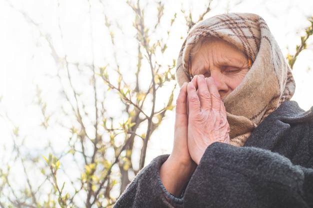 Grootmoeder bid voor geloof, spiritualiteit en religie. god vragen om geluk, succes, vergeving