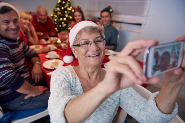 Grootmoeder die foto van het hele gezin neemt