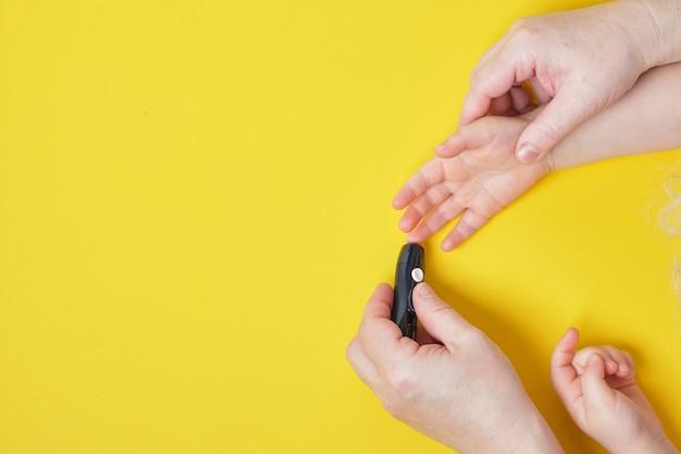 Grootmoeder doet glucose niveau vinger bloedtest voor kind, ruimte bovenaanzicht