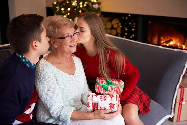 Grootmoeder en haar geliefde kleinkinderen