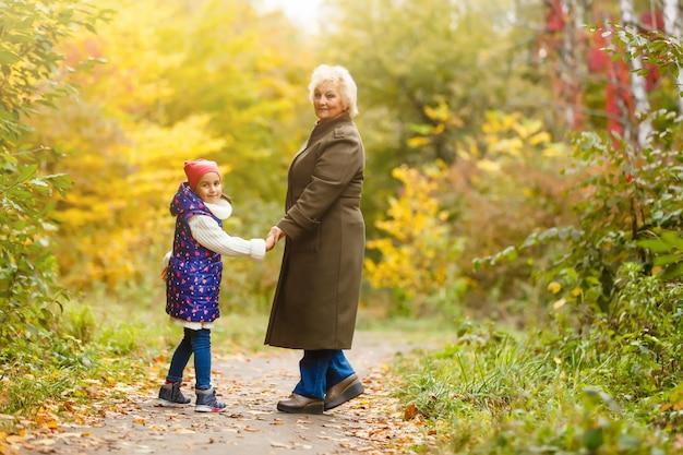 Grootmoeder en haar kleindochter plukken bessen in het bos