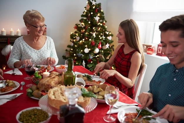 Grootmoeder en haar kleinkinderen aan de kersttafel